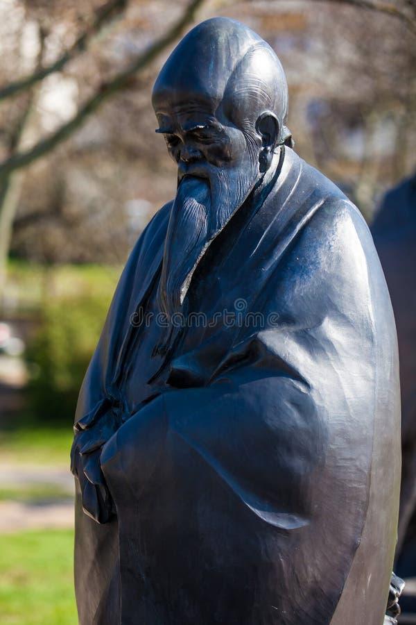 Lao Tse-standbeeld bij de Tuin van Filosofie bij Gellert-heuvel in Boedapest wordt gevestigd dat stock fotografie