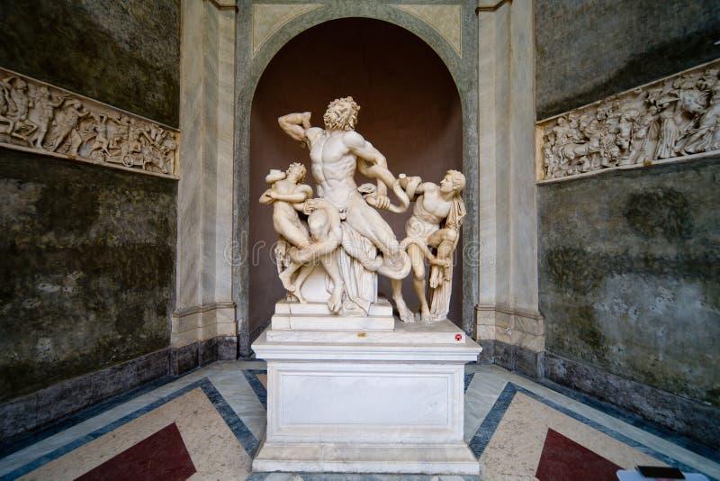Laocoon y su estatua de los hijos en el museo de Vatican fotos de archivo