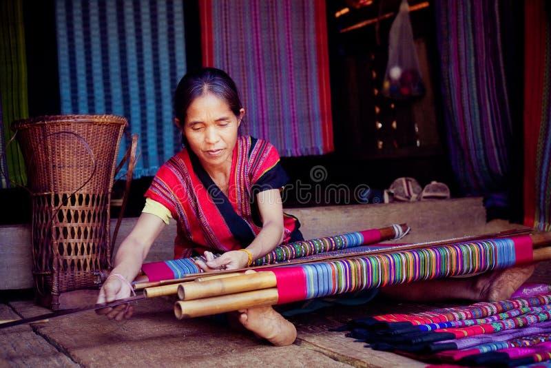 LAOS, BOLAVEN 12 DE FEVEREIRO DE 2014: Mulheres não identificadas do tribo de Alak em v foto de stock