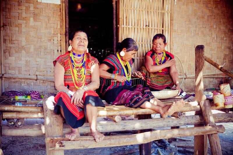 LAOS, BOLAVEN AM 12. FEBRUAR 2014: Nicht identifizierte Alak-Stammfrauen in v lizenzfreie stockfotos