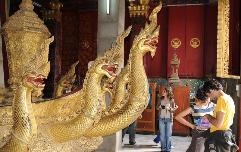 Laos: De gouden slangen zijn de beschermers van de boeddhistische tempel royalty-vrije stock foto