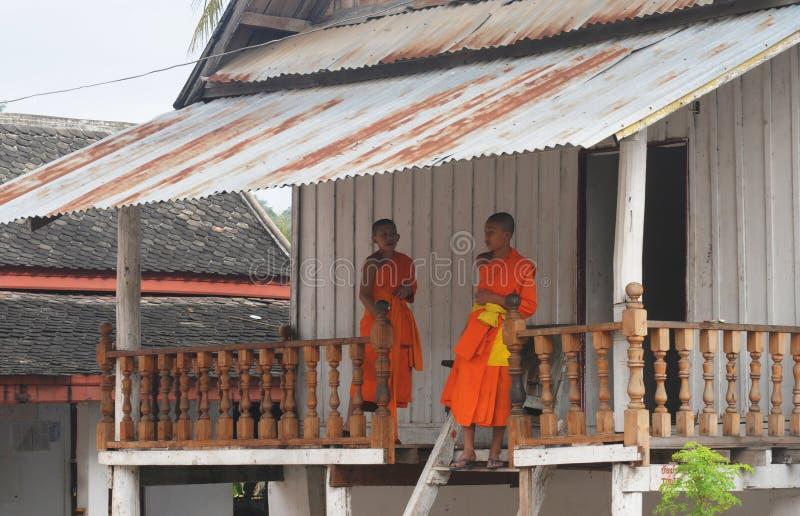 Laos: Dwa młodego mnicha buddyjskiego w Luang Prabang relig obrazy stock