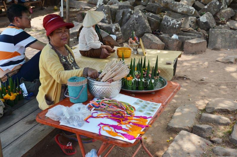 Laos-Frau saleLaos FrauenverkaufsOpferangebot gemacht vom Bananenblatt und -blume stockfoto