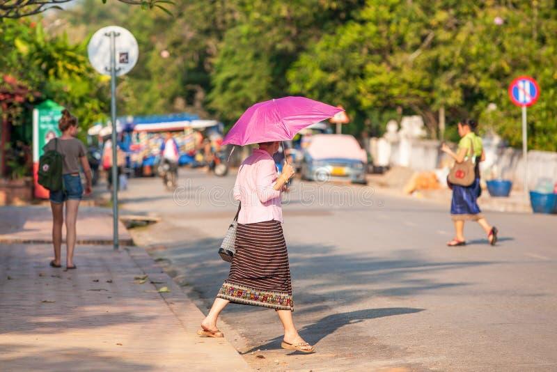 Laos-Frauen in der traditionellen Kleidung des Lao nach Hause, die nach der Arbeit zurückgeht lizenzfreie stockfotos