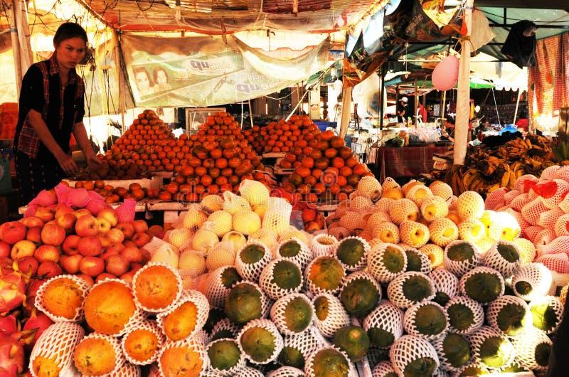Laos: Frutas frescas en el mercado más grande del ` s de Indochina en Pakse fotos de archivo