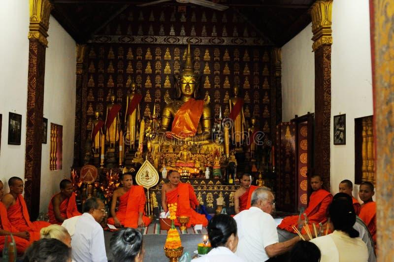 Laos: Geestelijke zitting met de Monniken van Vatvisounarath stock afbeelding