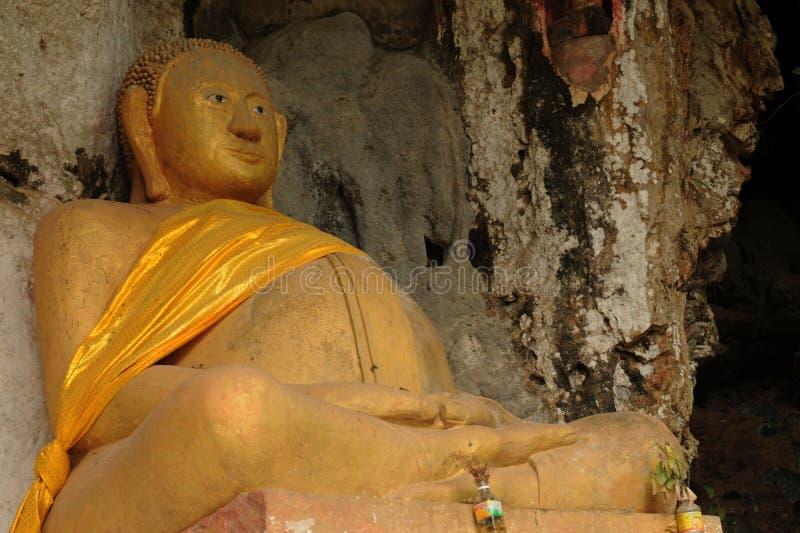 Laos: Gigantyczna buddah statua przy Pak Ou świętymi dziurami blisko Luang Braban obrazy stock