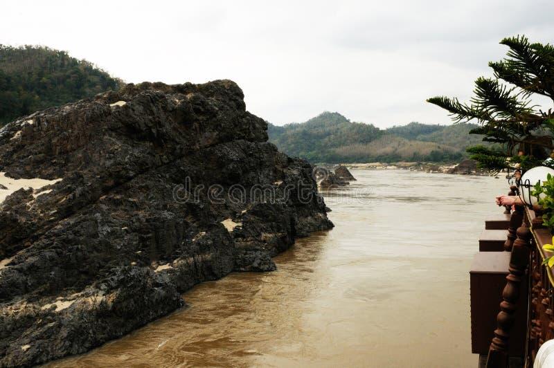 Laos: Kryssa omkring på Mekonget River nära Luang Brabang och Pak Ou Caves arkivbilder