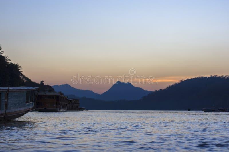 Laos, Luang Prabang, por do sol em Mekong River imagens de stock royalty free