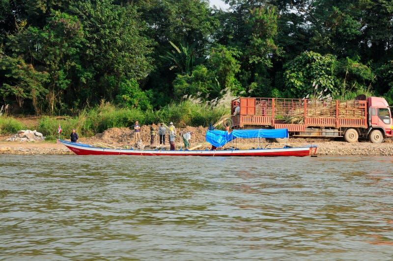Laos män som arbetar på den Mekong River kusten arkivfoton