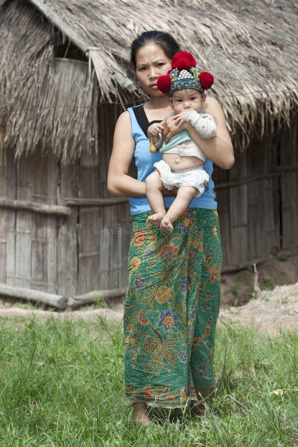 Laos, madre asiática con el bebé Yao imagen de archivo libre de regalías