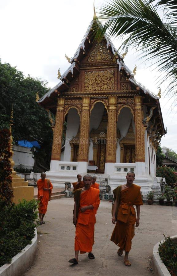 Laos: Michaelita przychodzą od monastry szkoły wyższa w Luang zdjęcie royalty free