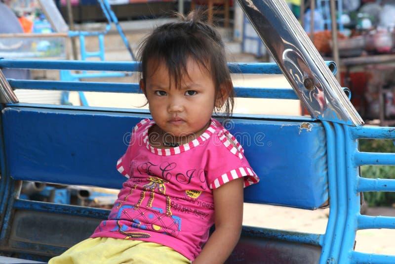 Laotian flicka i en tuktuktaxi arkivfoto