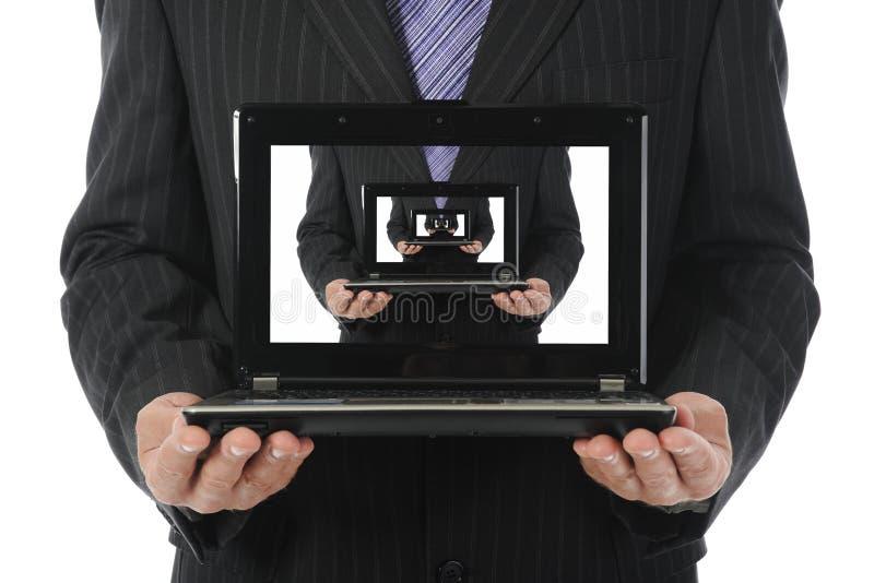 lap-top εκμετάλλευσης επιχ&epsilon στοκ φωτογραφία με δικαίωμα ελεύθερης χρήσης