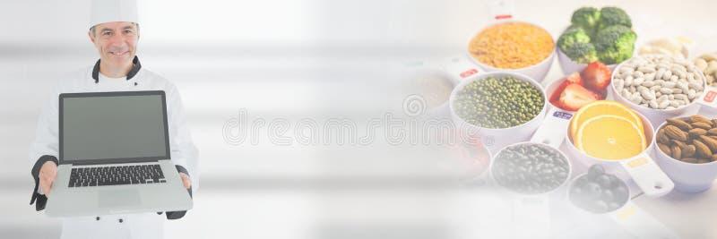 Lap-top εκμετάλλευσης αρχιμαγείρων με τη φρέσκια μετάβαση τροφίμων στοκ φωτογραφία με δικαίωμα ελεύθερης χρήσης