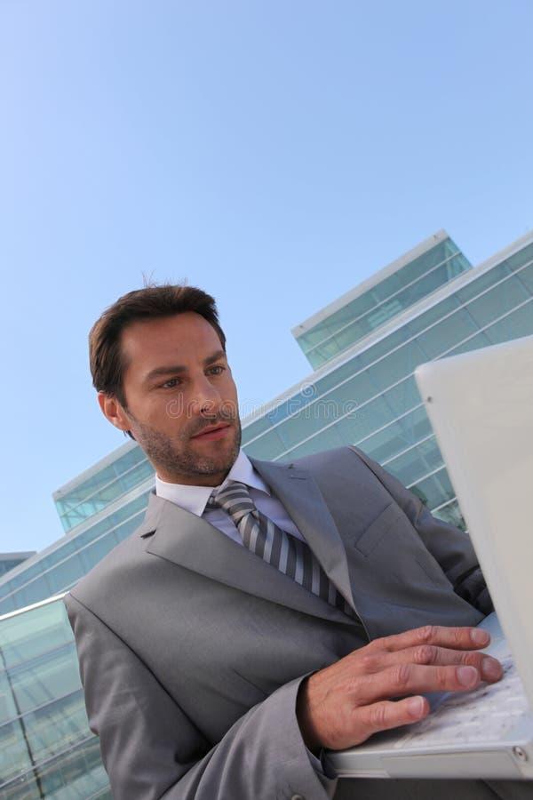 lap-top επιχειρηματιών έξω στοκ εικόνες