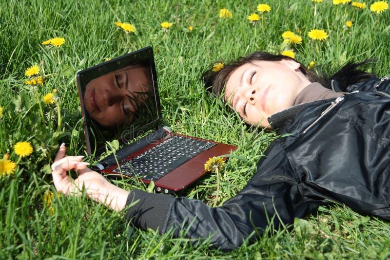 lap-top κοντά στον ύπνο στοκ φωτογραφίες με δικαίωμα ελεύθερης χρήσης
