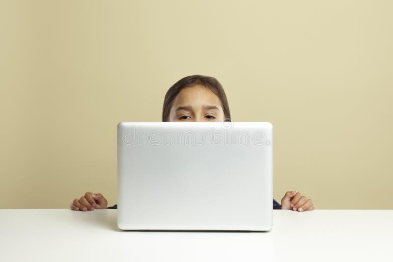 lap-top κοριτσιών που χρησιμοποιεί τις νεολαίες στοκ φωτογραφία