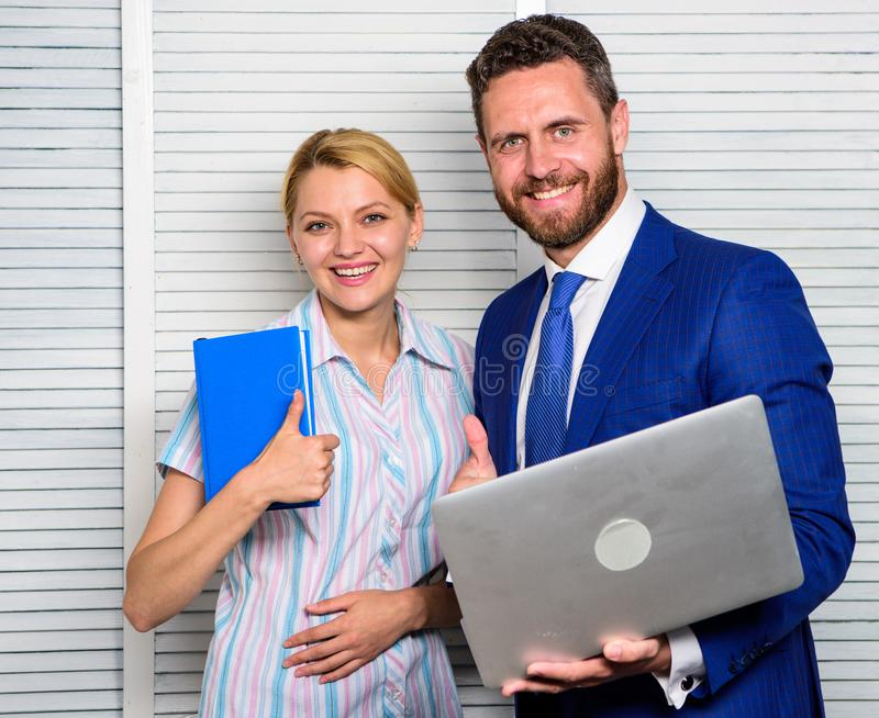 Lap-top λαβής επιχειρηματιών που κάνει σερφ Διαδίκτυο Ομαδική εργασία και υποστήριξη Ο συνέταιρος γραφείων παρουσιάζει στατιστικέ στοκ εικόνα με δικαίωμα ελεύθερης χρήσης