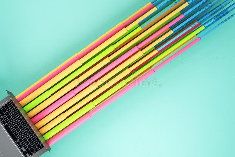 Lap-top με τις ζωηρόχρωμες γραμμές σύνδεσης απεικόνιση αποθεμάτων