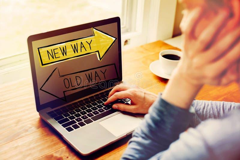 Παλαιός τρόπος ή νέος τρόπος με το άτομο που χρησιμοποιεί ένα lap-top στοκ εικόνα