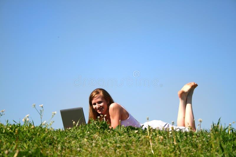 Lap-top πνεύματος κοριτσιών στοκ φωτογραφία με δικαίωμα ελεύθερης χρήσης