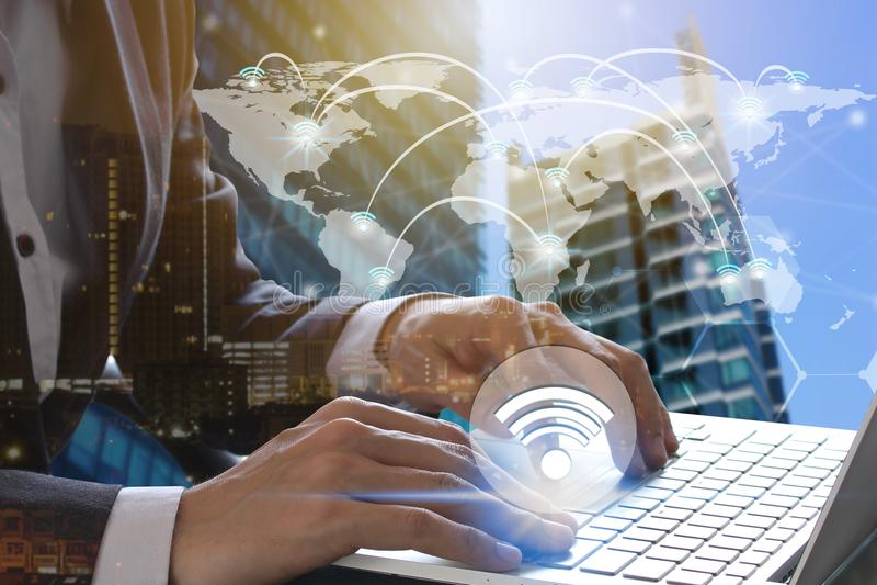 Lap-top χρήσης χεριών επιχειρηματιών με τα εικονίδια wifi στοκ φωτογραφίες με δικαίωμα ελεύθερης χρήσης