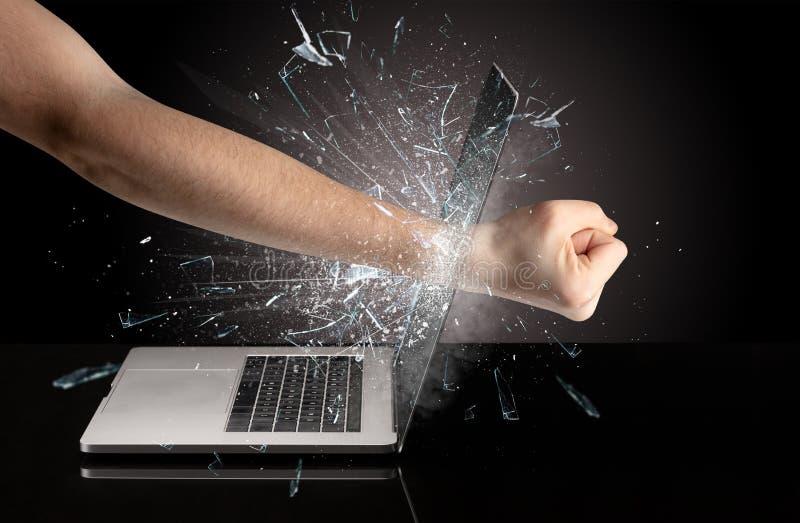 Εγκιβωτίζοντας οθόνη lap-top χεριών στοκ φωτογραφία