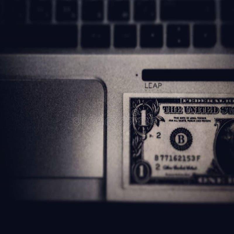 Λογαριασμός δολαρίων στο lap-top