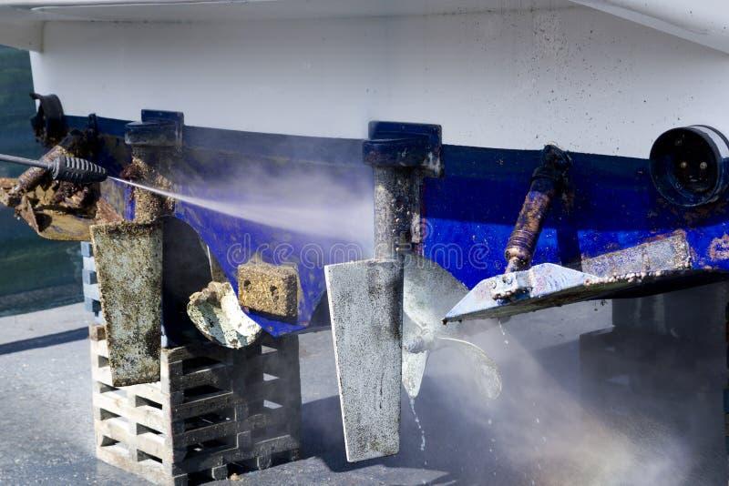 Lapas azules de la arandela de la presión de la limpieza del casco del barco foto de archivo