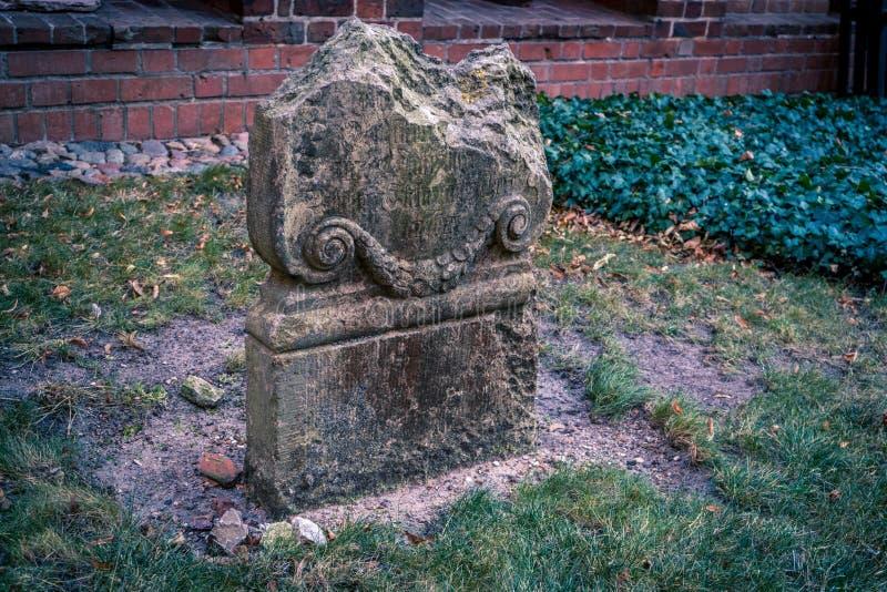 Lapide medievale nociva al cimitero del castello immagini stock libere da diritti