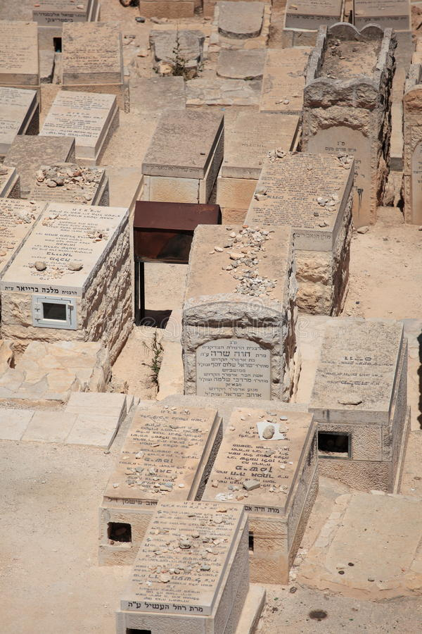 Lapidi del cimitero, olive del supporto, Israele fotografie stock