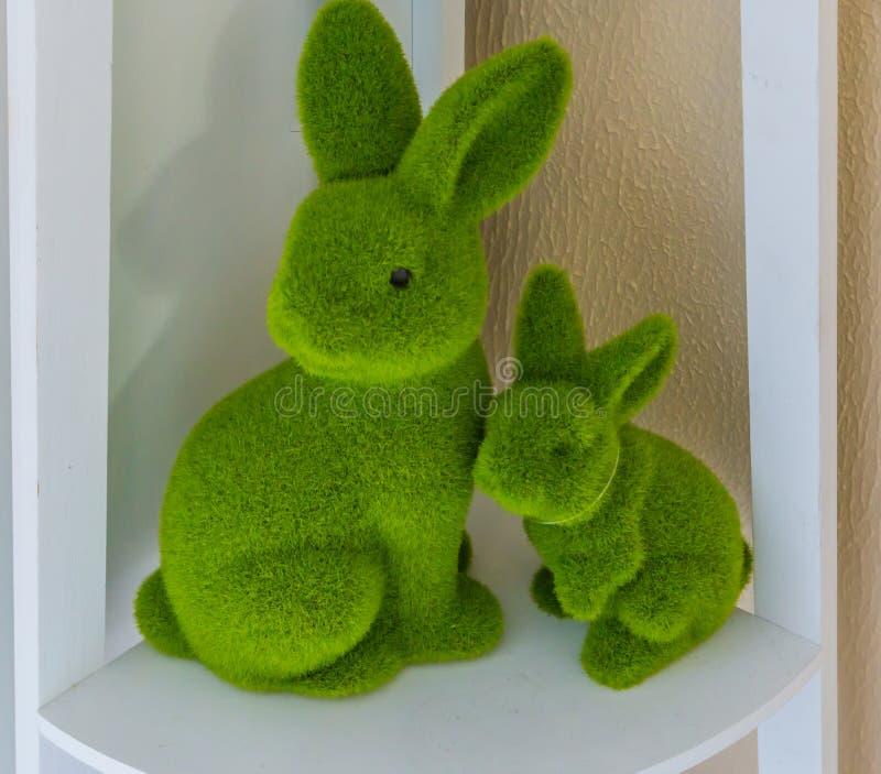 Lapin de bébé de Pâques et lapin de mère ensemble sur une décoration de maison de Pâques d'étagère images stock