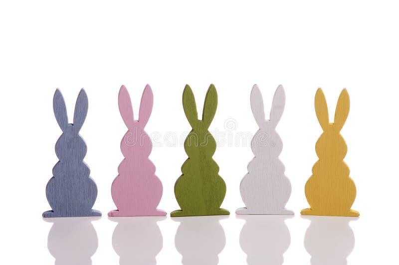 Lapin de cinq Pâques dans une rangée sur le blanc photographie stock libre de droits