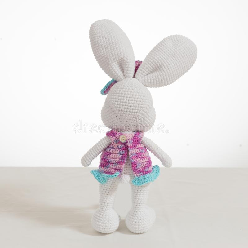 Lapin de Pâques blanc de crochet de position photo stock