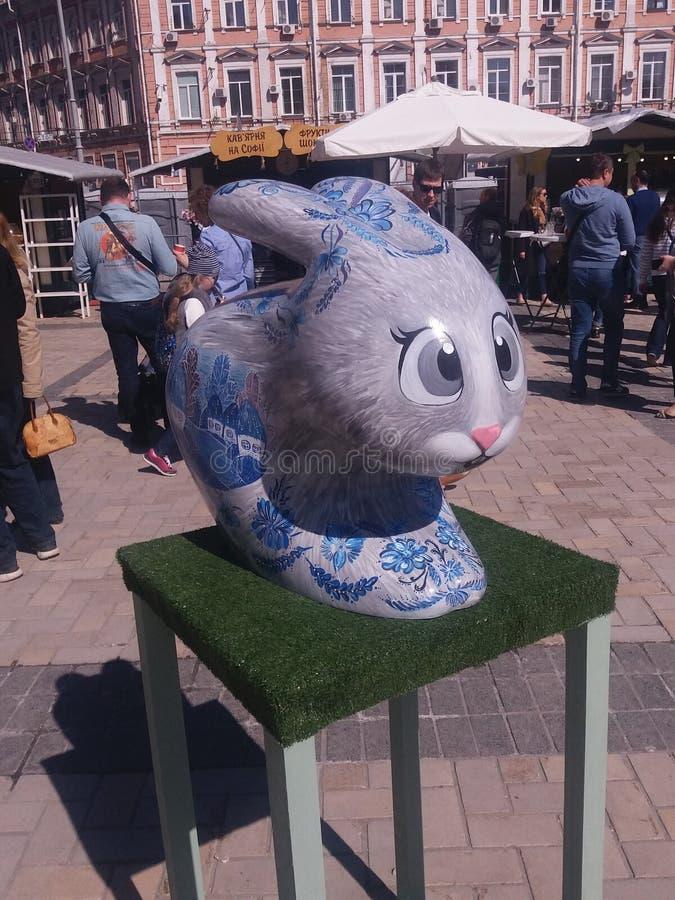 Lapin de Pâques dans la place de Kyiv Sofievska image stock