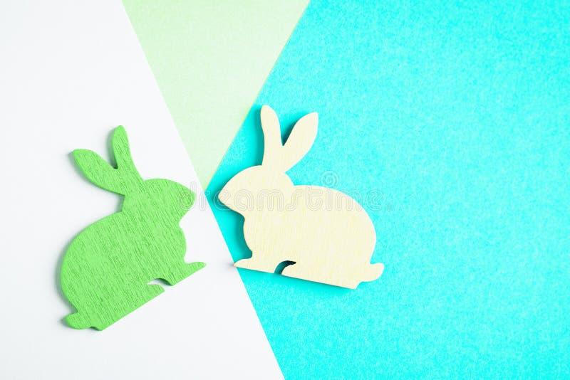 Lapin de P?ques en bois jaune et vert sur le fond g?om?trique color? Photo cr?ative ? la mode Concept minimal photos libres de droits