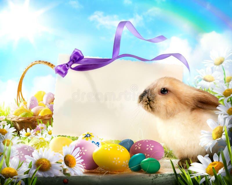 Lapin de Pâques et oeufs de pâques photos stock