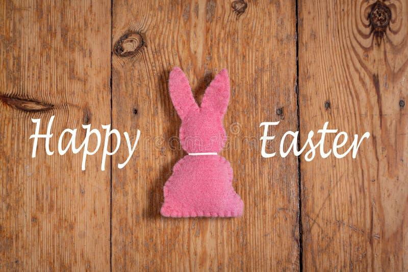 """Lapin de Pâques rose avec le texte """"oriental heureux """"sur un fond en bois photo stock"""
