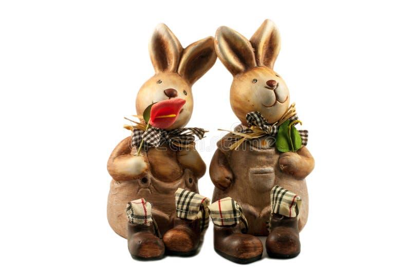Lapin enamouré par deux - souvenirs en céramique de jouet photo libre de droits
