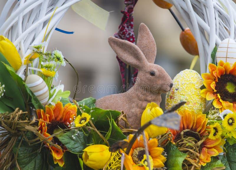 Lapin et oeufs de Pâques dans le nid, ressort photographie stock libre de droits