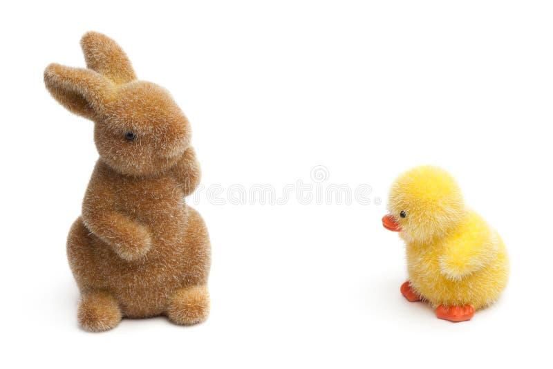 Lapin et poussin de Pâques, d'isolement sur le blanc photos stock
