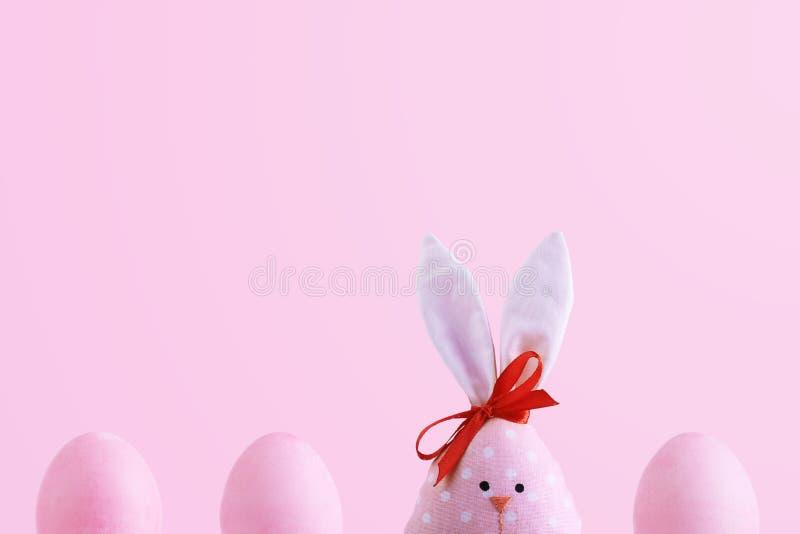 Lapin fait main parmi des oeufs de pâques, le concept de la célébration et l'amusement photographie stock libre de droits