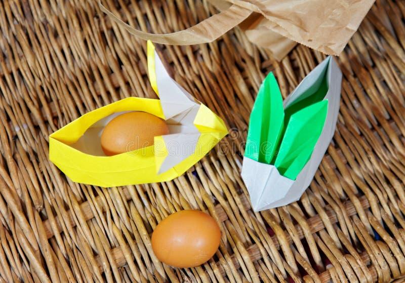 Lapins d'origami de travail manuel de papier Lapins de Pâques Paquet créatif pour le cadeau photos libres de droits