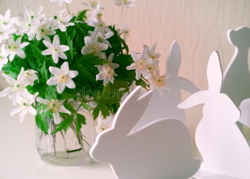 Lapins de Pâques avec des fleurs de ressort photographie stock libre de droits