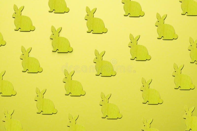 Lapins de Pâques en bois comme attribut de célébration de Pâques Fond jaune photographie stock