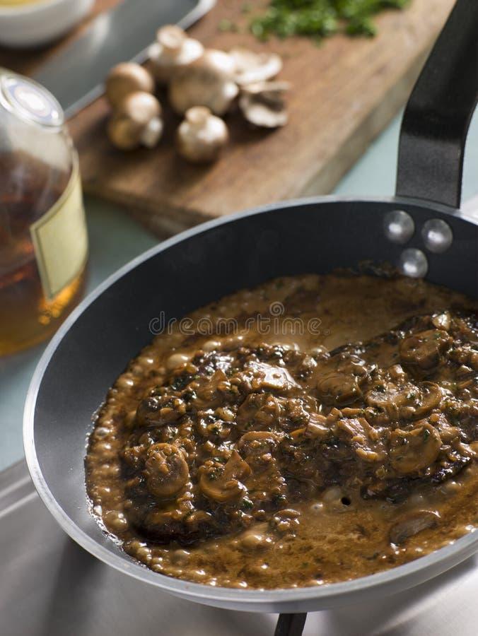 Lapje vlees Diane in een pan Saut stock afbeelding