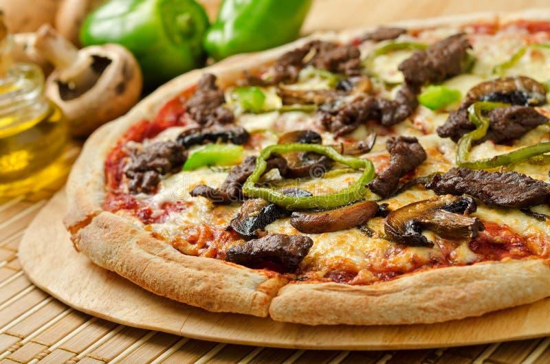 Lapje vlees en Paddestoelpizza royalty-vrije stock foto's