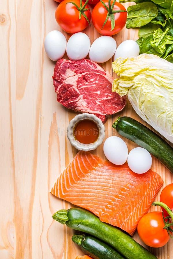 Lapje vlees en verse whit van de zalmfilet eieren en groente stock fotografie