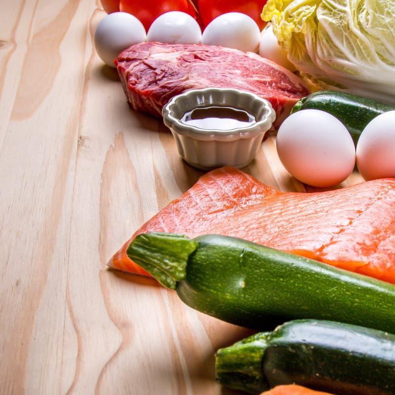 Lapje vlees en verse whit van de zalmfilet eieren en groente royalty-vrije stock afbeelding